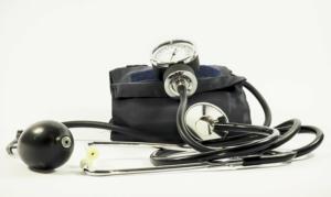 Der Blutdruck wird regelmäßig vom Hausarzt geprüft